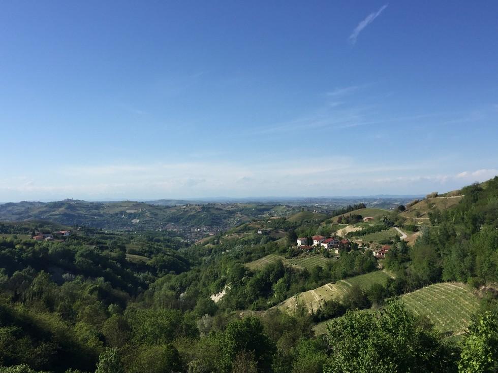 Panorama di Cassinasco dalla panchina gigante